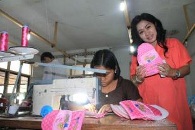 Wing Maharani menunjukkan salah satu produk sarung tangan miliknya yang hendak dikirim ke Korea.