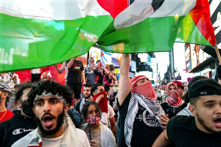 Foto ini dari Kamis 20 Mei 2021, menunjukkan pendukung pro-Palestina selama demonstrasi di Times Square New York, memprotes perang 11 hari antara Israel dan Hamas yang menyebabkan kehancuran luas di Jalur Gaza.