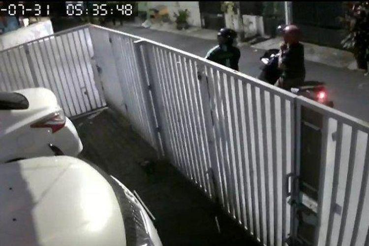 Aksi pencurian motor (curanmor) terjadi di Jalan Balai Pustaka, Kelurahan Rawamangun, Kecamatan Pulogadung, JakartaTimur, Sabtu (31/7/2021) pagi, terekam CCTV.