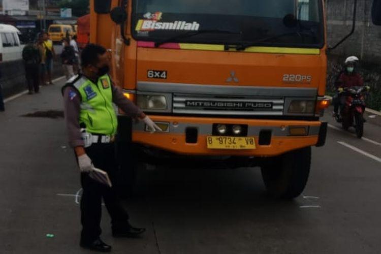 Anggota Satlantas Polres Semarang melakukan olah TKP kecelakaan.
