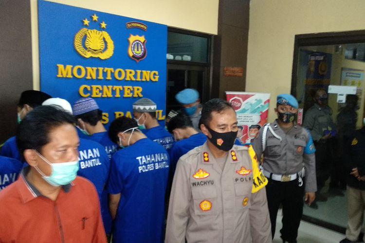 Kapolres Bantul (depan) saat rilis kasus penganiayaan, belakang para tersangka, Jumat (14/8/2020)