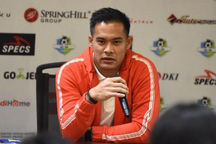 Kiper Persija Jakarta, Andritany Ardhiyasa saat menjawab pertanyaan wartawan pada konferensi pers jelang laga kontra Arema FC di ruang media SUGBK, Jumat (30/3/2018).