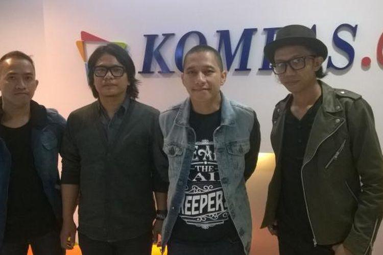 Band The Rain, yang beranggota (kiri-kanan) Aang Anggoro (drum), Ipul Bahri (bas), Indra Prasta (vokal), dan Iwan Tanda (gitar), diabadikan ketika berkunjung ke kantor Redaksi Kompas.com di Gedung Kompas Gramedia, Jalan Palmerah Selatan, Jakarta Pusat, Kamis (26/11/2015). Mereka berkunjung dalam rangka mempromosikan single 'Penawar Letih'.