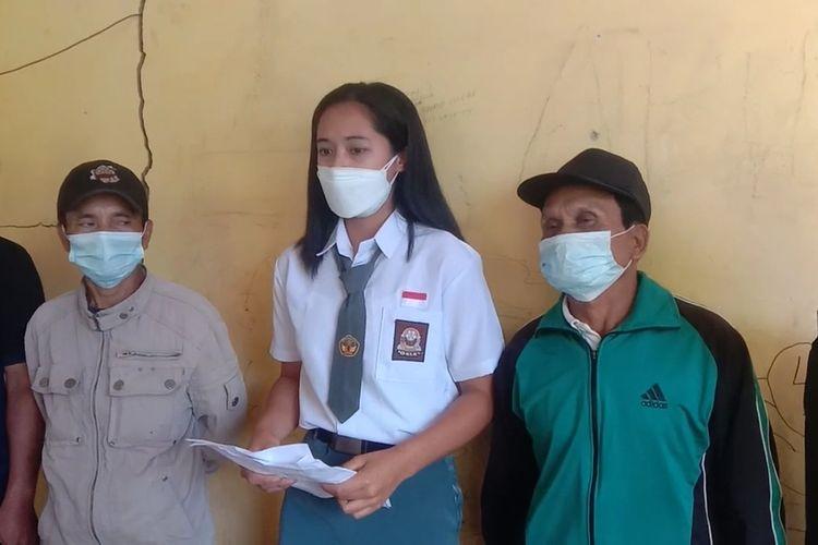 Christina (tengah), anggota Paskibraka asal Sulbar yang gagal berangkat saat mendatangi kantor Dispora Mamasa, Rabu (28/7/2021).