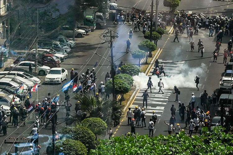 Sebuah tabung gas air mata terlihat di tanah di Yangon, Myanmar, ketika pasukan keamanan terus menindak demonstran yang menentang kudeta militer, Minggu (28/2/2021). Sedikitnya 18 orang tewas dan 30 lainnya terluka dalam aksi demonstrasi di Myanmar pada 28 Februari, serta disebut sebagai hari paling berdarah dalam serentetan aksi protes menentang kudeta militer.