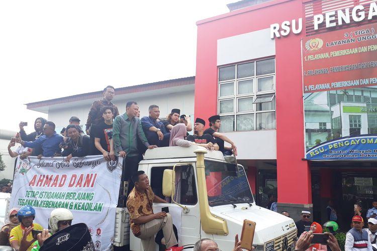 Musisi Ahmad Dhani bersama keluarganya di mobil komando usai keluar dari Rutan Kelas 1 Cipinang menuju kediamannya di daerah Pondok Indah, Jakarta Selatan, Senin (30/12/2019).