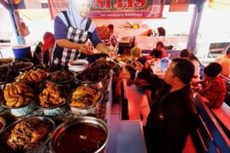 Suasana Warung Nasi Kapau di Los Lambuang, Bukittinggi, Sumatera Barat, Selasa (9/7/2013). Masakan khas Nasi Kapau anatara lain Rendang Itik, Rendang Ayam, dan Kalio Tamusu (usus sapi isi telor).