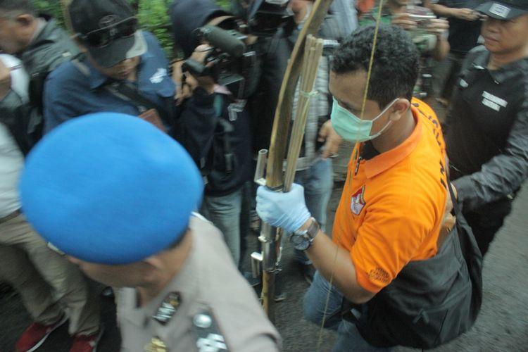 Petugas kepolisian menyita sebilah busur panah dari rumah Sidik, terduga teroris di RT 1 RW 3, Desa Pasir Wetan, Kecamatan Karanglewas, Banyumas, Jawa Tengah, Kamis (1/2/2018).