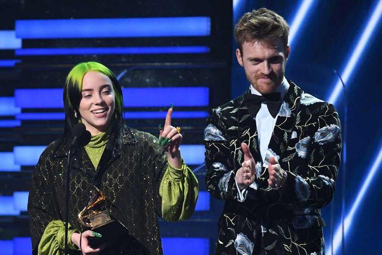 Penyanyi Billie Eilish dan sang kakak, Finneas OConnell, saat menerima penghargaan di Grammy Awards 2020. Billie Eilish menyapu bersih empat penghargaan utama Grammy Awards ke-62.