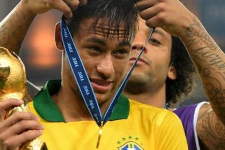 Bomber Barcelona, Neymar da Silva bersama rekannya di timnas Brasil, Marcelo.