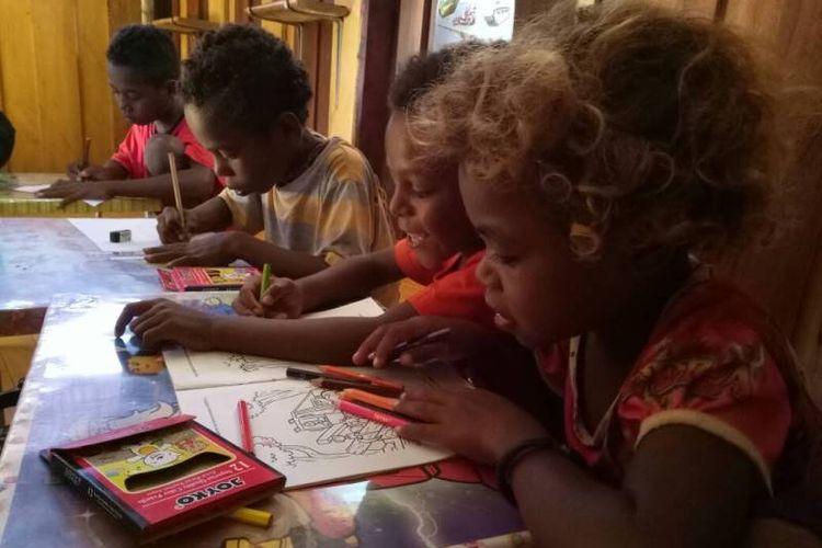 Anak-anak di Taman Baca Saprau di Distrik Maladom Mes, di pinggiran Kota Sorong, Papua Barat.