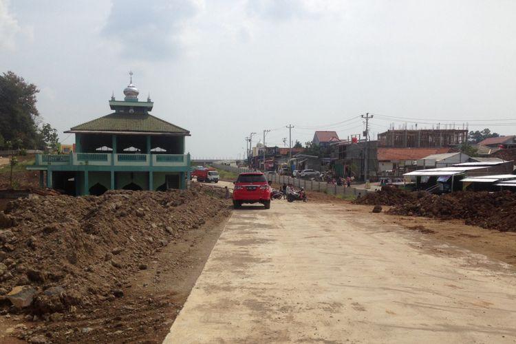Masjid Jami Baitul Mustaghfirin masih berdiri kokoh di tengah jalan Tol Semarang-Batang seksi V Kaliwungu-Krapyak, Jumat (18/5/2018)