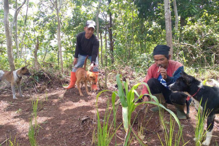 Para pemburu babi di Desa Cikondang yang sering menjumpai macan tutul saat ditemui, Selasa (25/12/2020) (Dok Yayasan Tangtudibuana)