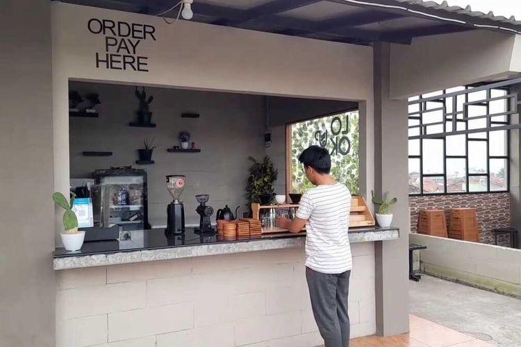Kedai Kopi Look Up Tasikmalaya milik Asep Lutfi Suparman (23), yang memilih menjalani kurungan penjara 3 hari daripada bayar denda PPKM Darurat di lantai 3 rumahnya Jalan Riungkuntul, Kecamatan Cihideung, Kota Tasikmalaya.