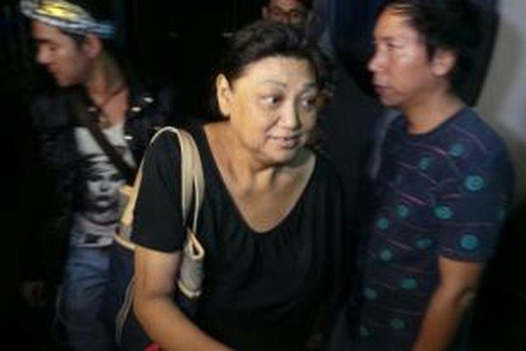 Ibunda Della Caroline, Anna Susanti, mendatangi kamar jenazah RSCM, Minggu malam (4/8/2013). Della ditemukan tewas di apartemen Kasablanka, Minggu dini hari.