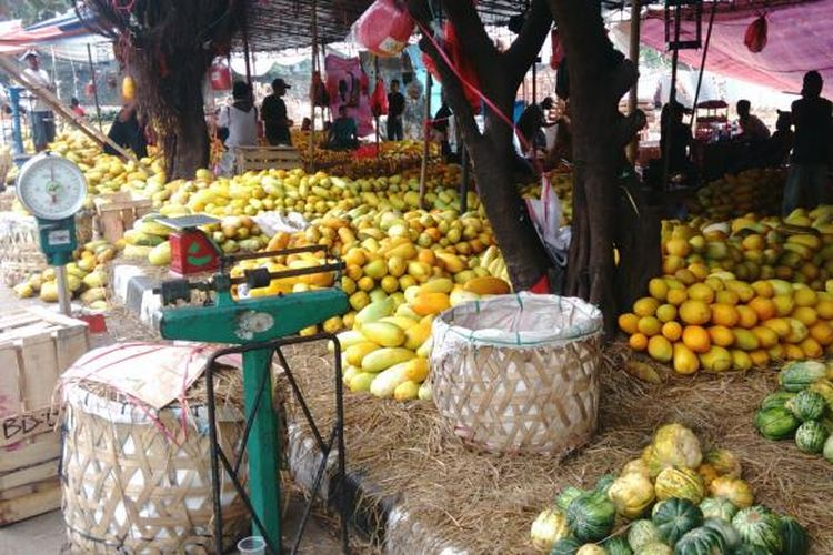 Penjualan timun suri di Pasar Induk Kramatjati alami penurunan dibanding Lebaran tahun lalu. Rabu (15/6/2016)