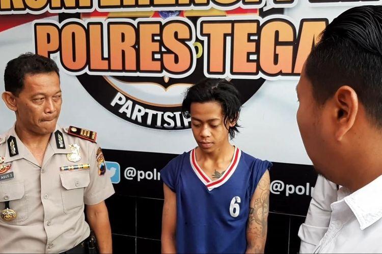 Tersangka penganiayaan tetangga sendiri hingga tewas, Arif Rahman, dimintai keterangan polisi di Mapolres Tegal, Senin (17/2/2020)