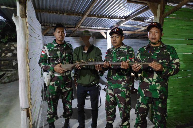 Warga serahkan sepucuk senjata api laras panjang kepada anggota TNI dari Satgas Pengamanan Perbatasan RI-Timor Leste Yonarmed 3/105 Tarik.