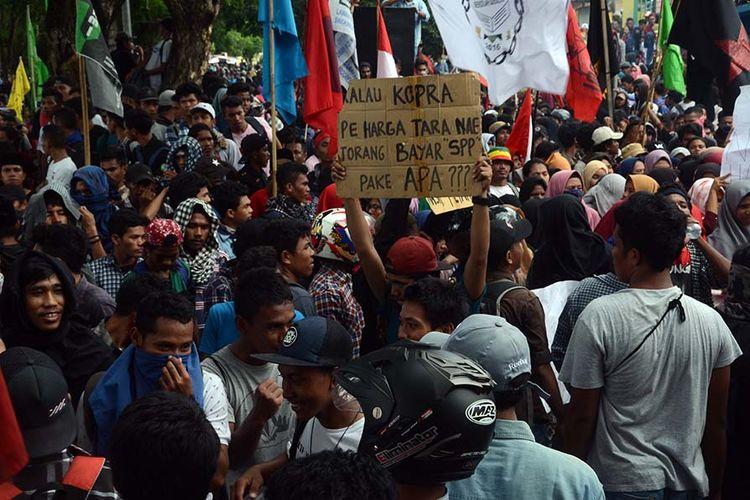 Ribuan mahasiswa di Ternate, Maluku Utara gelar aksi tuntut kenaikan harga kopra, Senin (19/11/2018)