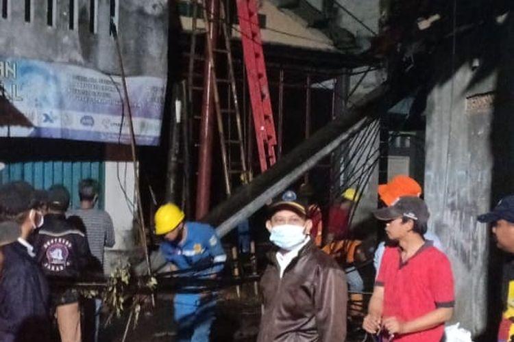 Tiang listrik di kawasan Kembangan Utara, yang sempat ambruk pada Rabu (21/10/2020), segera diganti pada hari itu juga. Tiang dikabarkan ambruk sebab hujan deras yang melanda kawasan pada Rabu sore.