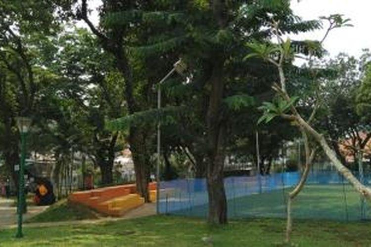RPTRA Cideng, Jakarta Pusat, ditumbuhi berbagai jenis pohon tinggi yang membuat kawasan taman rindang. Foto diambil Selasa (13/10/2015).