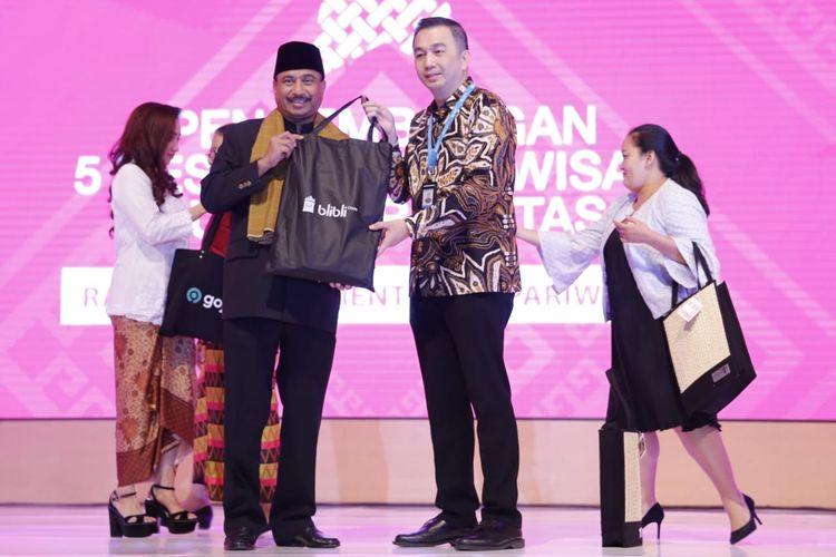 Senior Vice President (SVP) Trade Partnership Blibli.com Lay Ridwan Gautama bersama Menteri Pariwisata (Menpar) Arief Yahya.