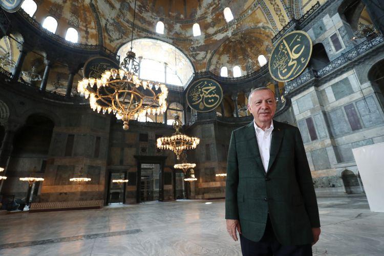 Foto yang dirilis Kantor Kepresidenan Turki memperlihatkan Presiden Recep Tayyip Erdogan mengunjungi Hagia Sophia di Istanbul pada 19 Juli 2020. Pada 10 Juli 2020, pengadilan tinggi Turki mengubah status Hagia Sophia dari museum sejak 1935 menjadi masjid.