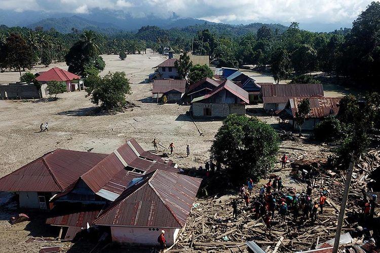 Foto udara proses pencarian korban banjir bandang di Desa Radda, Kabupaten Luwu Utara, Sulawesi Selatan, Sabtu (18/7/2020). Hingga hari kelima, tim SAR telah menemukan 36 korban meninggal dunia dan 18 orang lainnya masih terus dilakukan pencarian.