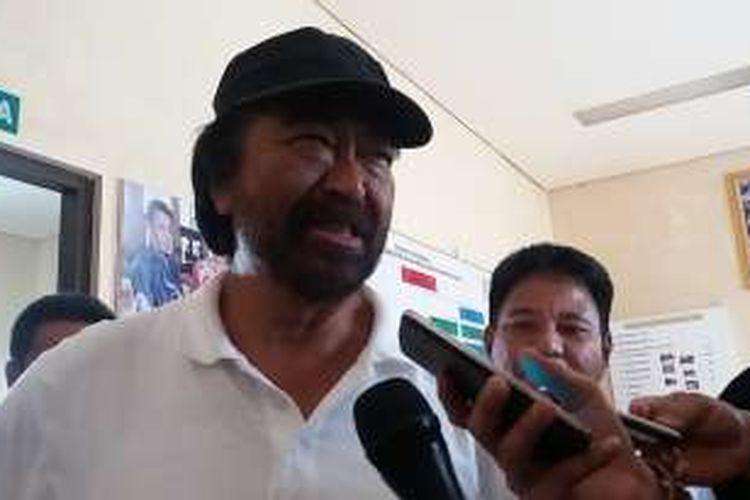 Ketua Umum Partai Nasdem Surya Paloh usai meninjau Pasar Sanggam Adji Dilayas di Kabupaten Berau, Kalimantan Timur, Rabu (16/3/2016)