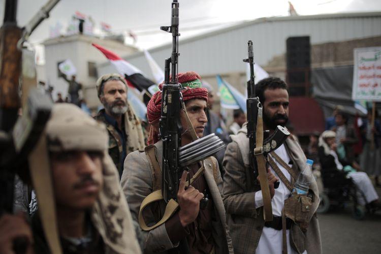 Para pendukung Houthi membawa senjata saat menghadiri peringatan tujuh tahun pengambilalihan ibu kota Yaman, Sanaa, pada Selasa (21/9/2021).