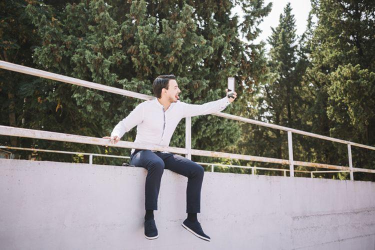 Ilustrasi selfie. Banyak orang melakukan pose di tempat-tempat berbahaya ketika selfie demi mendapatkan hasil foto yang sempurna.