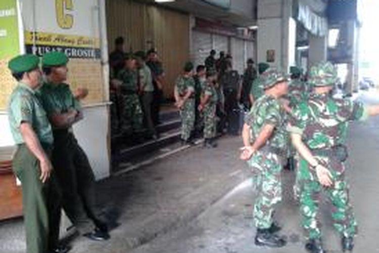 Sejumlah personel TNI diterjunkan di Jalan Kebon Jati, Pasar Tanah Abang, Jakarta Pusat, Minggu (11/8/2013) pagi. Kehadiran tentara itu dimaksudkan untuk membantu lancarnya proses penertiban pedagang kaki lima di kawasan tersebut.