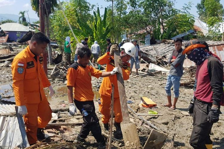 Proses pencarian dan pertolongan yang dilakukan Basarnas Gorontalo di Palu, Sulawesi Tengah setelah gempa bumi bermagnitudo 7.4