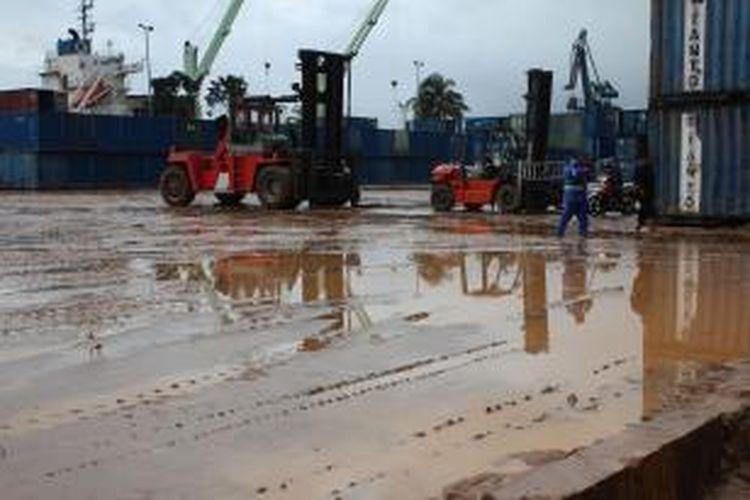 Area Pelabuhan Yos Sudarso Ambon terlihat masih tertutup lumpur, Rabu (31/7/2013)