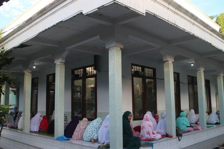 Jamaah muslimah yang menggelar salat id hari ini di pesantren Mahfilud Dulor Jember Jawa Timur