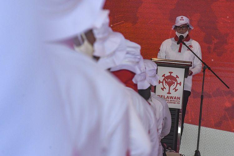 Ketua Umum Relawan Indonesia Bersatu Lawan COVID-19 Sandiaga Uno memberikan sambutan pada acara Siaga Pencanangan Gerakan Nasional Indonesia Bersatu Lawan COVID-19 di Lapangan Wisma Atlet, Jakarta, Rabu (22/4/2020). Dalam acara tersebut juga diadakan tes cepat massal COVID-19, sosialisasi dan edukasi, gerakan dekontaminasi, dan dukungan program jaring pengaman sosial.