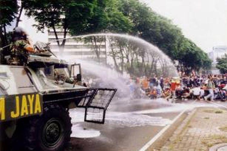 Peristiwa Semanggi 13 November 1998 di depan Kampus Atma Jaya, Jakarta, terus menjadi kontroversi karena menurut DPR bukan merupakan pelanggaran HAM berat.