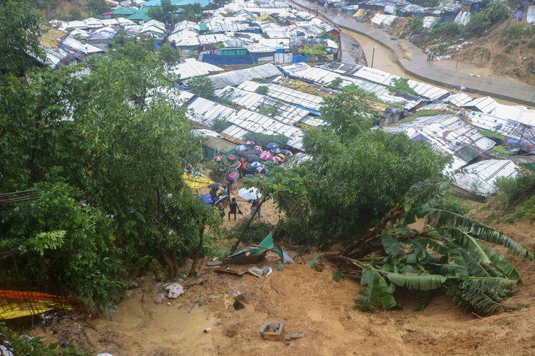 Pengungsi Rohingya mencari korban selamat setelah tanah longsor yang dipicu oleh hujan lebat di sebuah kamp di Ukhiya di distrik Cox's Bazar, Bangladesh, Selasa, 27 Juli 2021.