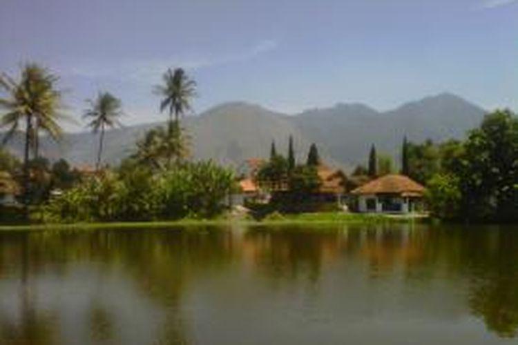 Gunung Guntur dari sudut pandang desa Cimanganten, kecamatan Tarogong Kaler, Garut, Jawa Barat.