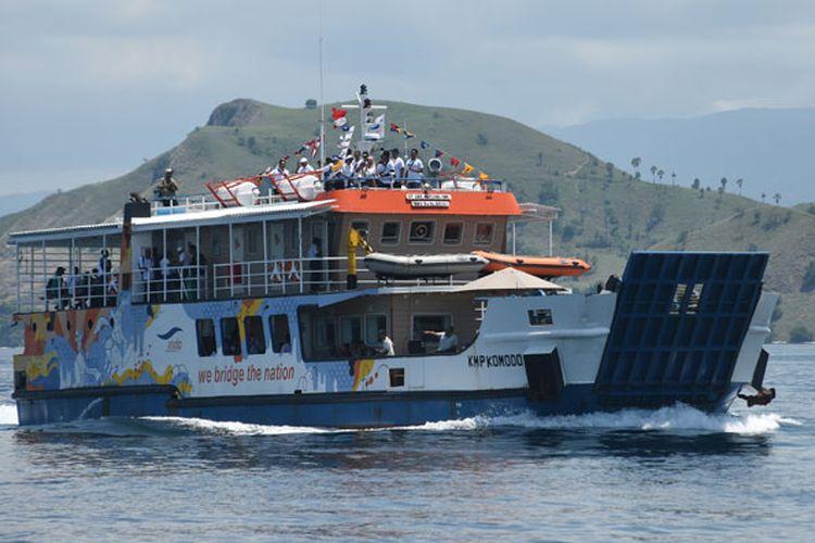 KMP Komodo berlayar menuju Pulau Rinca saat peluncurannya di perairan Labuan Bajo, Nusa Tenggara Timur, Jumat (7/12/2018). Kapal wisata berkapasitas 80 orang dengan kecepatan 9 knot tersebut sebagai alternatif moda transportasi laut bagi masyarakat Labuan Bajo maupun wisatawan menuju Pulau Komodo, yang menjadi salah satu destinasi favorit wisatawan domestik maupun mancanegara.