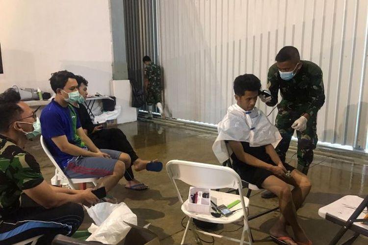 Jasa pangkas rambut gratis dilakoni oleh para prajurit TNI atas permintaan para mahasiswa. (Supplied: Istimewa - ABC News)