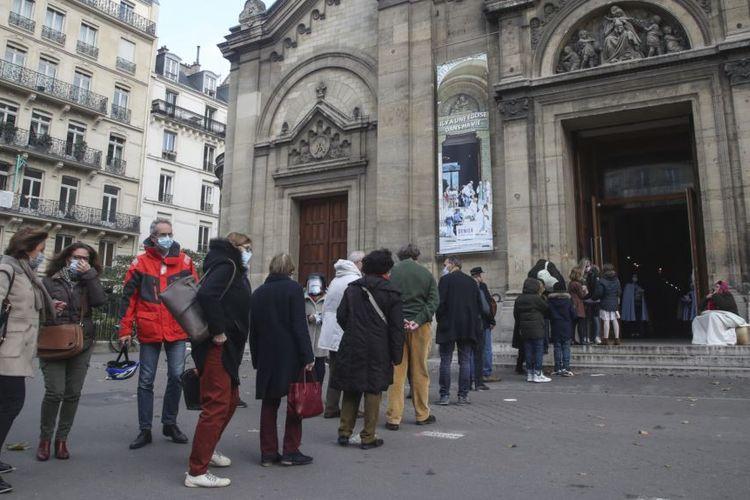 Warga mengantre untuk beribadah di Notre-Dame-des-Champs di Paris, Perancis, pada Minggu 29 November 2020.