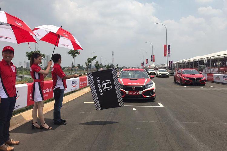 Komunitas R Club yang membawahi komunitas Honda Civic Type R, menjajal vicotry lap di sirkuit jalan raya BSD.