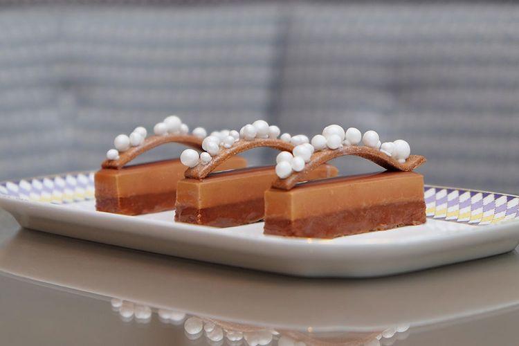 Hidangan unik untuk afternoon tea di The Berkeley Hotel London, Inggris yaitu kue berbentuk barang-barang fashion.