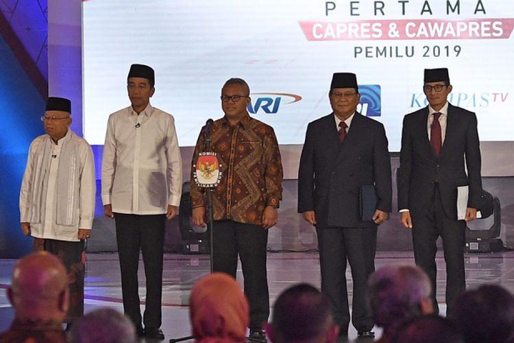 Ketua KPU Arief Budiman (tengah) bersama pasangan capres-cawapres nomor urut 01 Joko Widodo (kedua kiri) dan Maruf Amin (kiri) serta pasangan nomor urut 02 Prabowo Subianto (kedua kanan) dan Sandiaga Uno (kanan) bersiap mengikuti debat pertama Pilpres 2019, di Hotel Bidakara, Jakarta, Kamis (17/1/2019). Debat tersebut mengangkat tema Hukum, HAM, Korupsi, dan Terorisme.