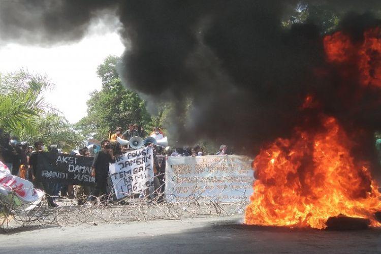 Demo peringatan dua tahun kematian Randi-Yusuf memanas di Kendari, Sulawesi Tenggara, Senin (27/9/2021).