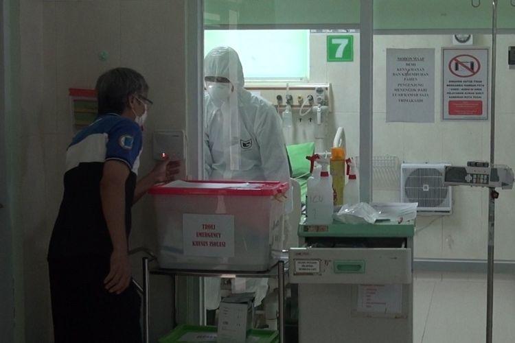 Petugas medis tengah menangani pasien dalam pengawasan Covid-19 di Ruang Isolasi RSUD Kardinah, Jumat (6/3/2020)