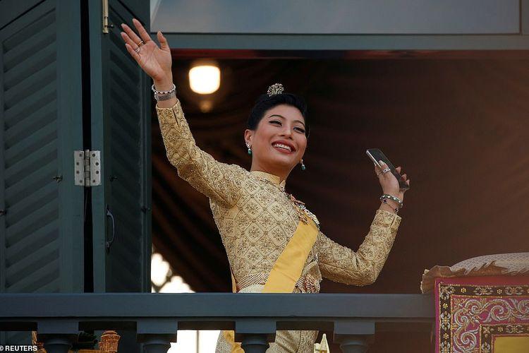 Putri Sirivannari Nariratana, putri Raja Thailand Maha Vajiralongkorn ketika melambai di depan ribuan rakyat pada Senin (6/5/2019).