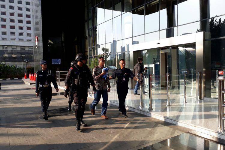 Salah satu yang diamankan KPK dalam OTT di Mojokerto, Jawa Timur dibawa ke gedung KPK Jakarta. Sabtu (17/6/2017)