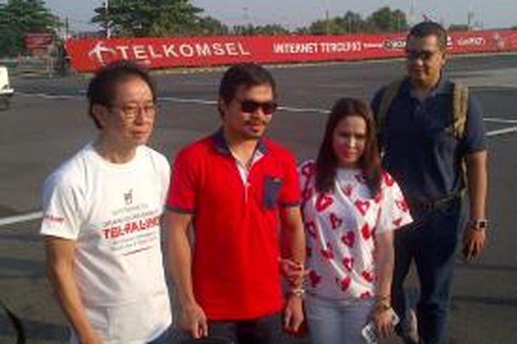 Petinju asal Fhilipina, Manny Pacquiao (kaus merah) bersama istri dan tiba di Kota Semarang, Rabu (8/7/2015).